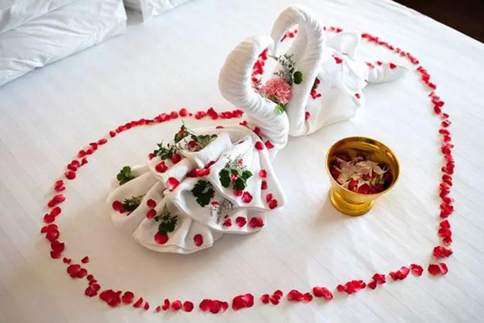 تزیین تخت خواب عروس با قو های با وقار