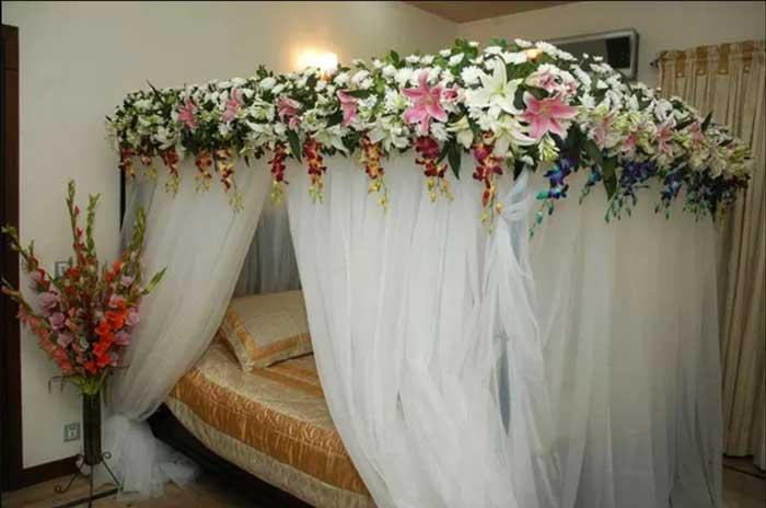 تزیین تخت خواب عروس به سبک اروپایی با چتر گل های ارکیده