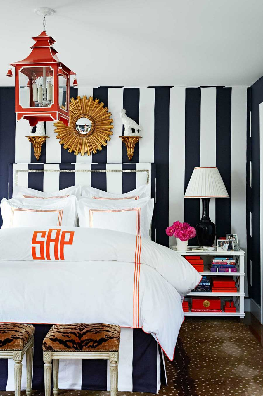 استفاده از یک پارچه برای پوشش دیوار و تاج تخت خواب پارچه ای
